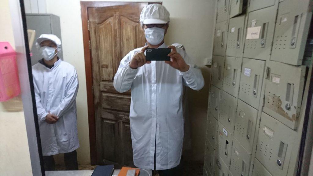 見学者も除菌のため、アルコールで手洗い、作業服、帽子、マスクを着用します。