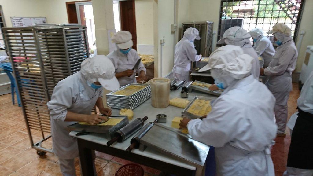 アンコールクッキー手作業での作業風景。