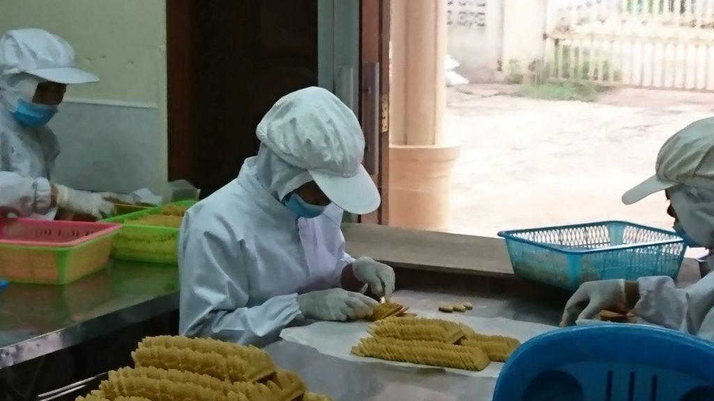 アンコールクッキー、手作業での作業風景。